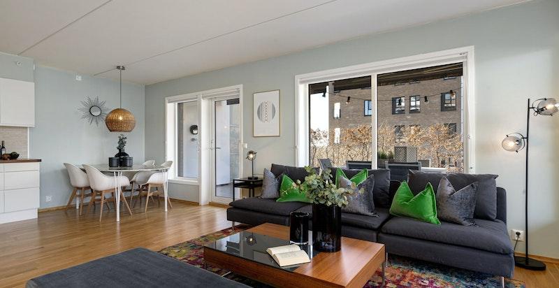 Romslig stue med god plass for både salong og stor spisestue Alternativt kan man lage et ekstra soverom i stuen