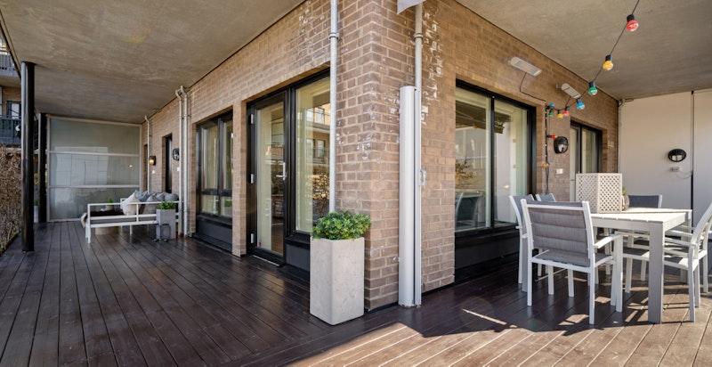 Hjørneterrasse på hele 54 kvm gir rikelig med plass for ulike terrassemøblement