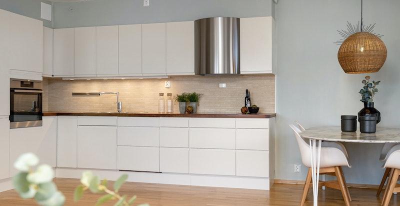 Kjøkkenet har rikelig med lakringsplass og god benkeplass