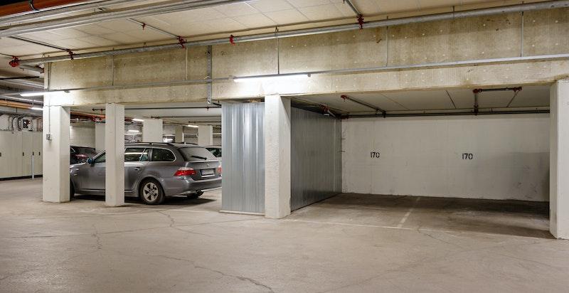 Leiligheten har 2 garasjeplasser som begge er merket 170. De er ved siden av hverandre.