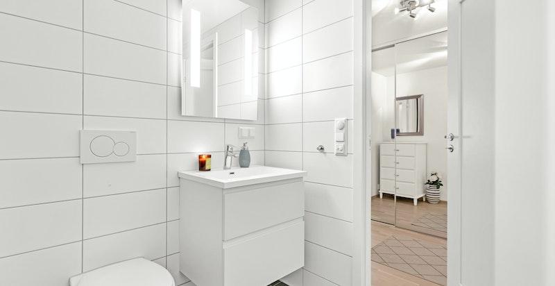 Stort, delikat og innbydende bad med opplegg til vaskemaskin og tørketrommel