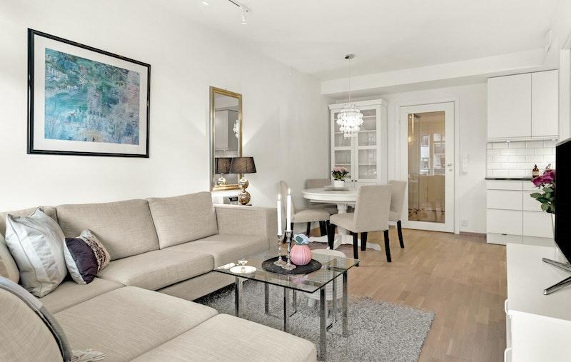 Det er god plass til en stor sofa samt TV-møblement