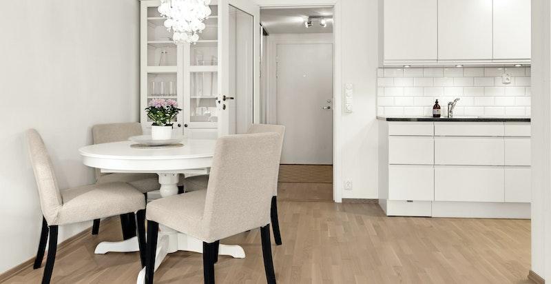 Kjøkkenet er i delvis åpen løsning mot stuen