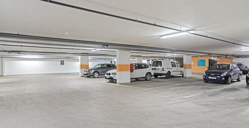 Det medfølger 1 stk garasjeplass på ca 12 kvm i felles garasjeanlegg i byggets kjeller. Mulighet for å montere elbillader