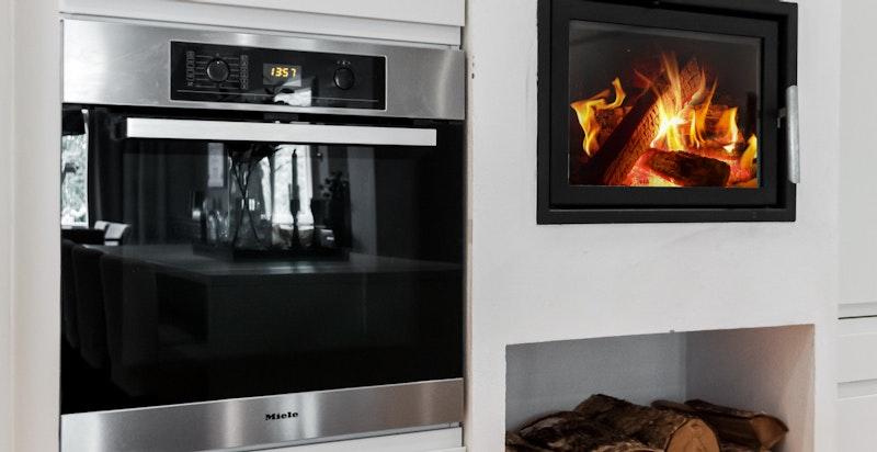 Ildsted på kjøkkenet for hygge og varme