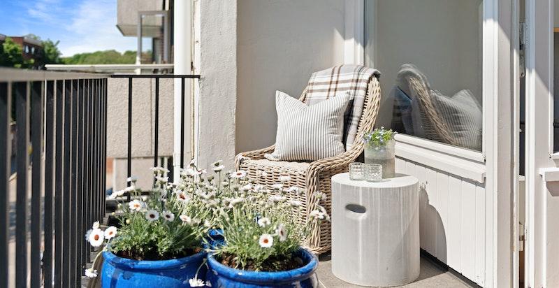 Solrik balkong med nydelig utsyn/utsikt over det vakre området