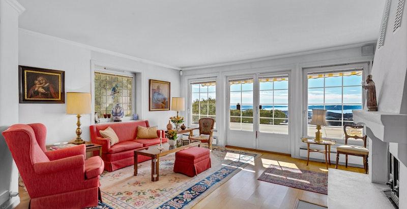 Leilighetens store stue har direkt adkomst til en sydvendt og ca. 8 kvm stor terrasse. Fantastsik utsikt og nydelig lys inn i rommet