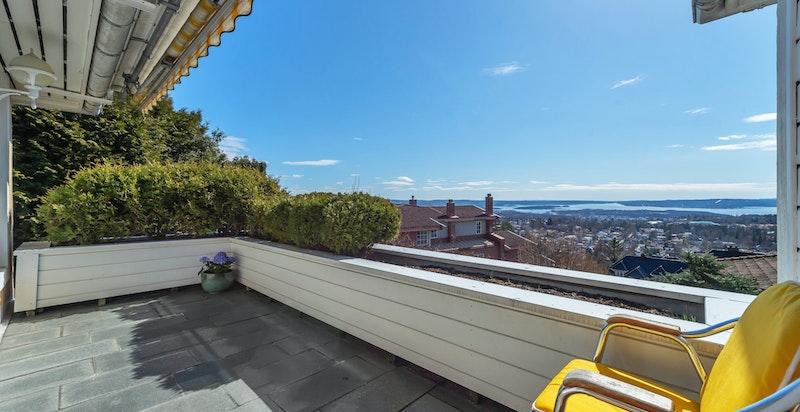 Den solrike og sydvendte terrassen er delvis overbygget, har overlys, persienne og strømuttak. Flotte solforhold og panoramautsikt