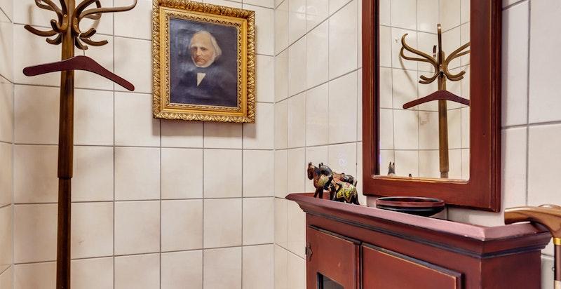 Toalettrom med varmekabler i gulv. Toalettrommet benyttes i dag som garderobe, men bekreftes av selger å kunne tilbakeføres til toalettfunksjon