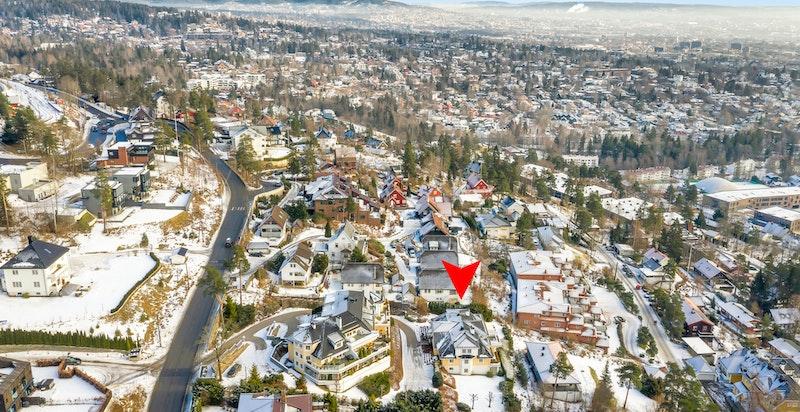 Boligen ligger lett tilgjengelig fra Holmenkollveien og Besserud, men samtidig skjermet for støy og innsyn