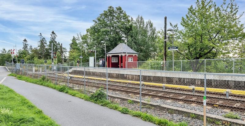 Fra Besserud stasjon er det kun 19 minutters reisevei ned til Majorstuen og 14 minutter opp til Frognerseteren