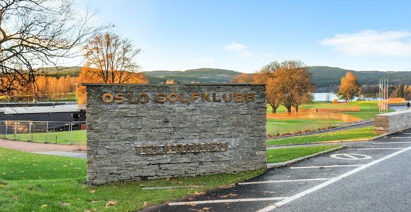 Oslo Golfklubbs bane på Bogstad regnes som en av Norges beste golfbaner. Den flotte 18-hullsbanen ligger i vakre omgivelser ved Bogstadvannet, kun en liten kjøretur fra Holmenkollveien 93 B
