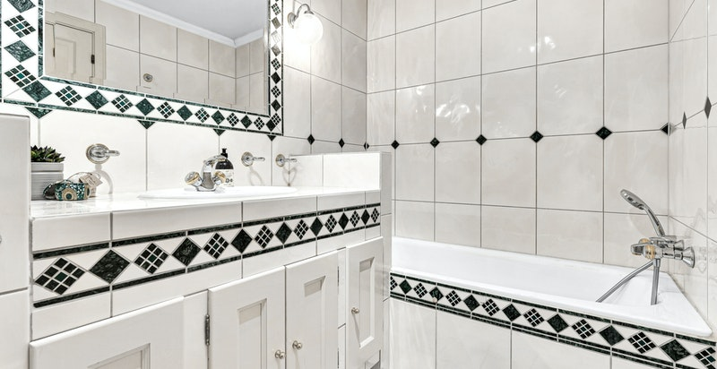Innmurt badekar med flislagt front