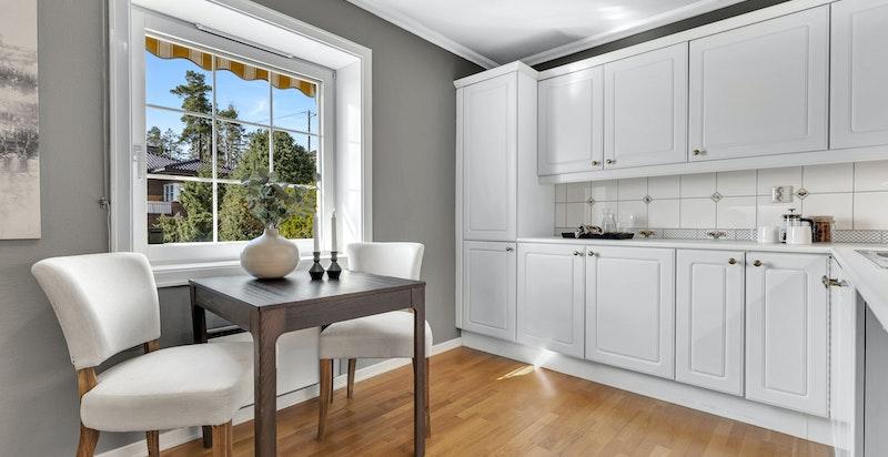 Kjøkkeninnredning med profilerte fronter to stålkummer og ett-greps blandebatteri, nyere oppvaskmaskin, integrert stekeovn og kokeplate