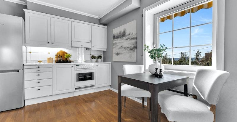 Kjøkken med plass til hyggelig frokostbord