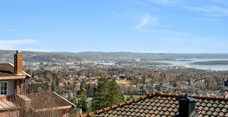 Velkommen til denne flotte hjørneleiligheten med sydvendt terrasse og fantastisk panoramautsikt