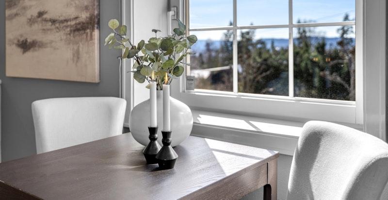 Nydelig utsikt fra kjøkken mot Kolsåstoppen og Bærumsmarka
