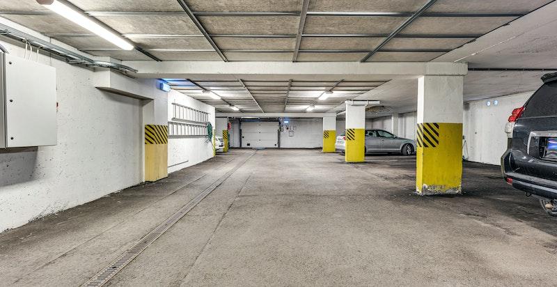 Leiligheten disponerer én garasjeplass i felles lukket garasjeanlegg i nabobyggets kjeller (Holmenkollveien 93 A) som er en del av sameiet