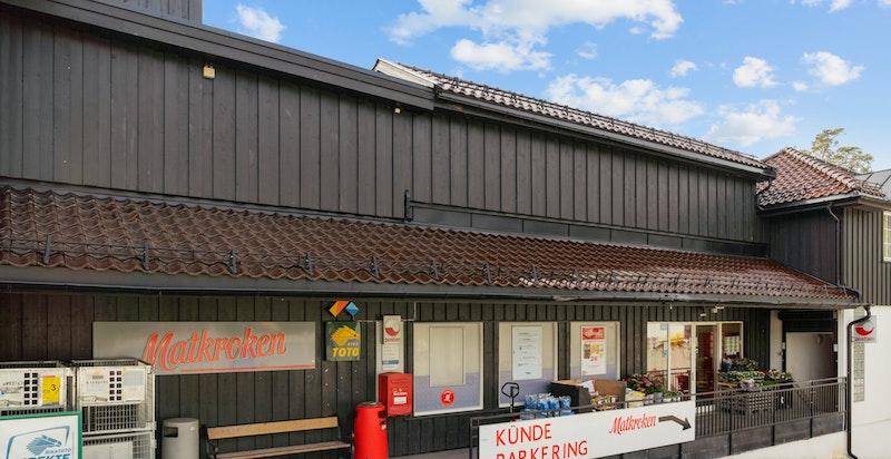 På Besserud har det vært matbutikk i dette bygget siden Holmenkollen Handelshus ble oppført i 1928. Matkroken har i dag dagligvare og post-i-butikk