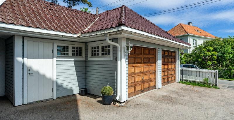 Egen garasje (til venstre) samt enkel adkomst til egen smørebod tilhørende leiligheten