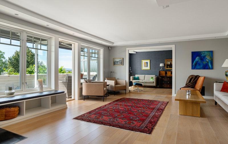 Stue med store vindusflater og flott utsikt over byen. Leiligheten har gjennomgående enstavs eikeparkett i stue, kjøkken og soverom