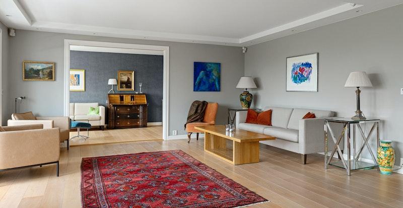 Hele leiligheten har Sensio smarthus-system der lys og varme styres fra mobil app