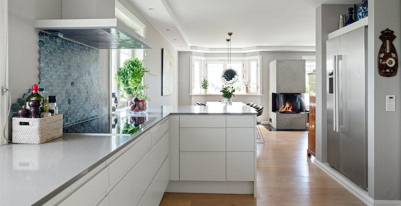 Praktisk kjøkken med mye skapplass