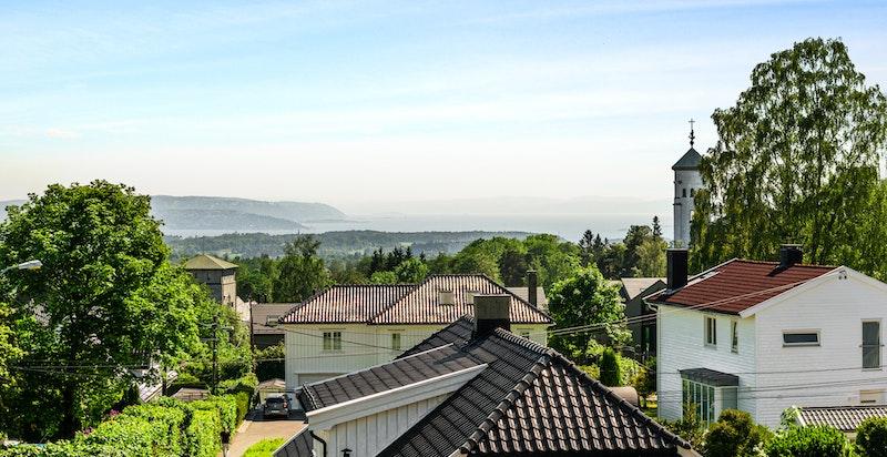 Fra boligen har du vakker utsikt helt ned til Oslofjorden