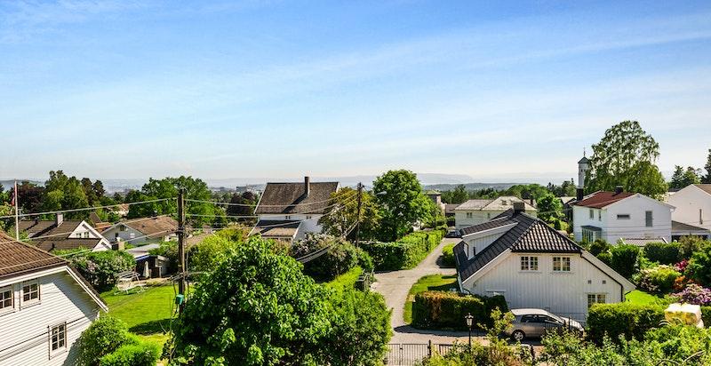 I tillegg er det utsikt over nabolaget som i hovedsak består av flott villa - og småhusbebyggelse