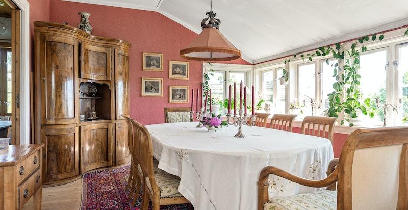 Spisestue med god plass til langbord og store vindusflater som fyller rommet