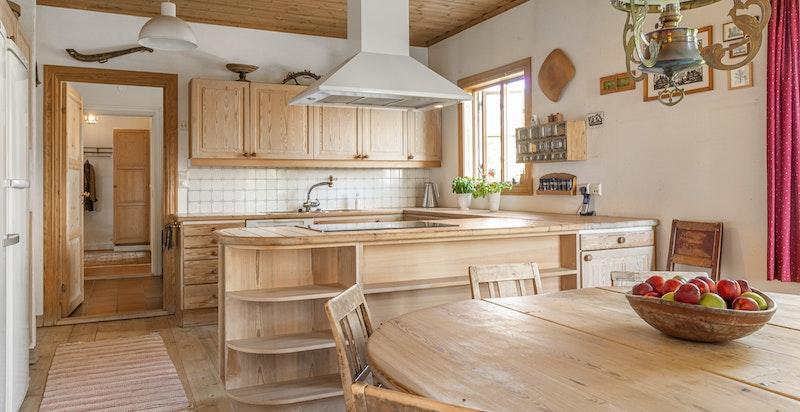 Det er integrert, bred induksjonstopp, stekeovn og oppvaskmaskin, løst kjøleskap, fryser og takmontert avtgrekksvifte plassert over koketopp