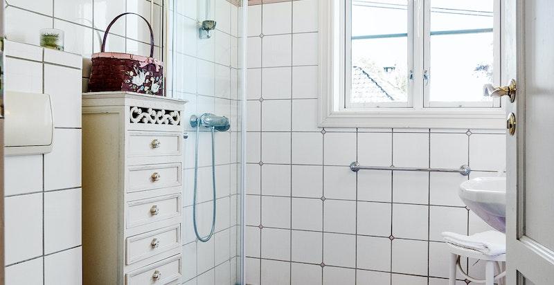 Baderom i tilknytning til boligens entré - perfekt for gjester