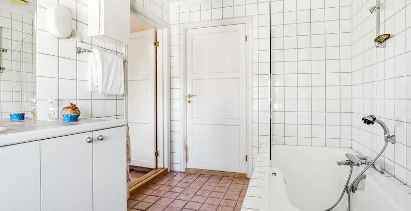 Badet er romslig med flislagte gulv og vegger