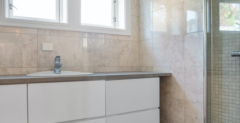 Badet i 2.etg har nytt speilskap, benk og blandebatteri