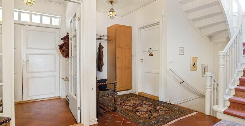 Fra hallen ligger et praktisk baderom, i tillegg til trapp både til boligens 2.- og underetasje.