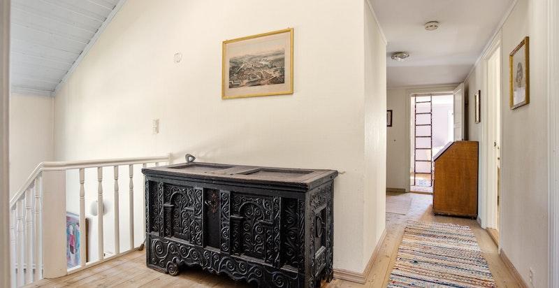 I 2.etasje finner du fire romslige soverom, dusjbad, separat toalett og baderom