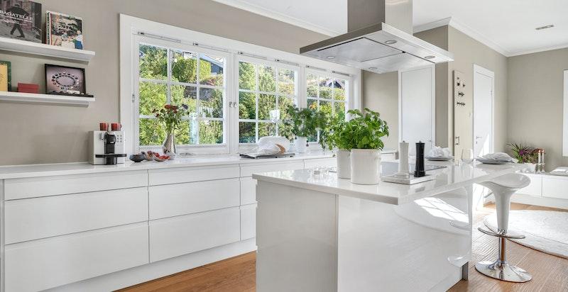 Kjøkkenet er praktisk utformet og er ustyrt med rikelig oppbevaringsplass i takhøy innredning.