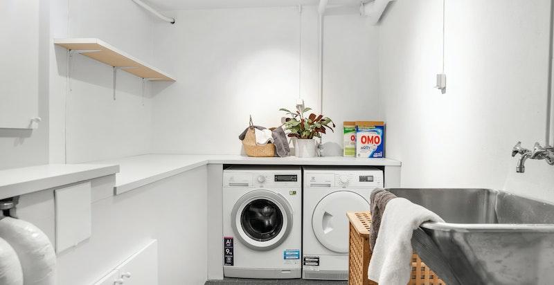 Vaskerom med opplegg for vaskemaskin, tørketrommel og utslagskum.
