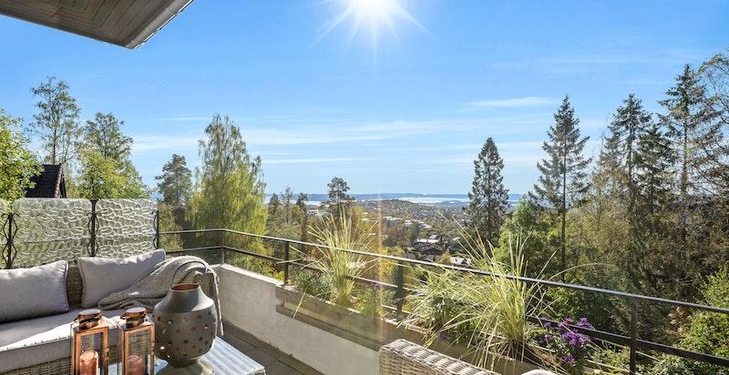 Boligen ligger fint til i et tilbaketrukket og veletablert boligområde i attraktive omgivelser.