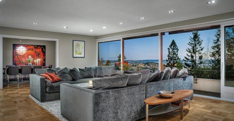 Utsikten fra stuene er like vakker og fasjonabell både på dagtid og kveldstid.