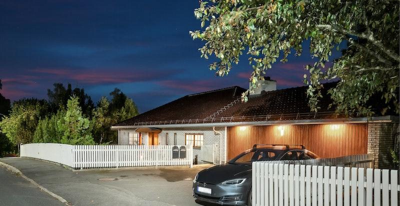 Boligen har en stor garasje på 48 kvm med elektrisk garasjeport og flere biloppstillingsplasser i forkant.