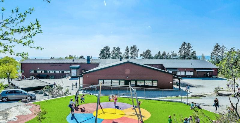 Grinbakken barneskole ligger innerst i veien med fin og skoleveg for barna.