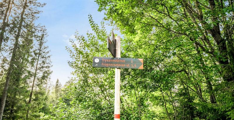 Eiendommen har en attraktiv beliggenhet i Holmenkollen og med kort vei til Nordmarka med sitt unike turterreng og særpreg.