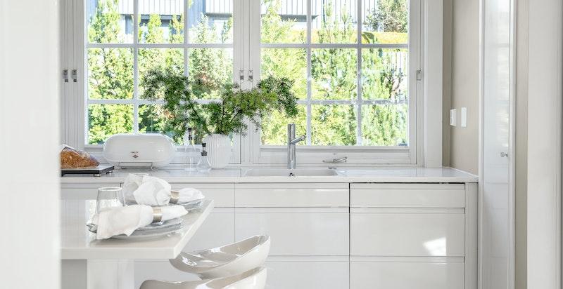Kjøkkenøyen har sitteplass som passer ypperlig for de enklere måltid.
