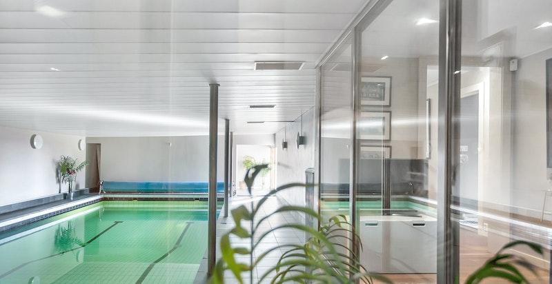 Underetasjen består blant annet av et romslig bassengrom.