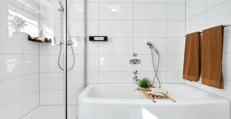 Badet ligger i fin og praktisk tilknytning til boligens soverom.