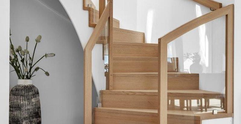 Eiketrapp opp til privat takterrasse, Bilde fra en av de flotte toppleilighetene (B1.21).
