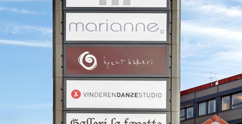Vinderen senter. En rekke servicetilbud, blant annet Åpent bakeri, Fisk og skalldyr, apotek m.m.
