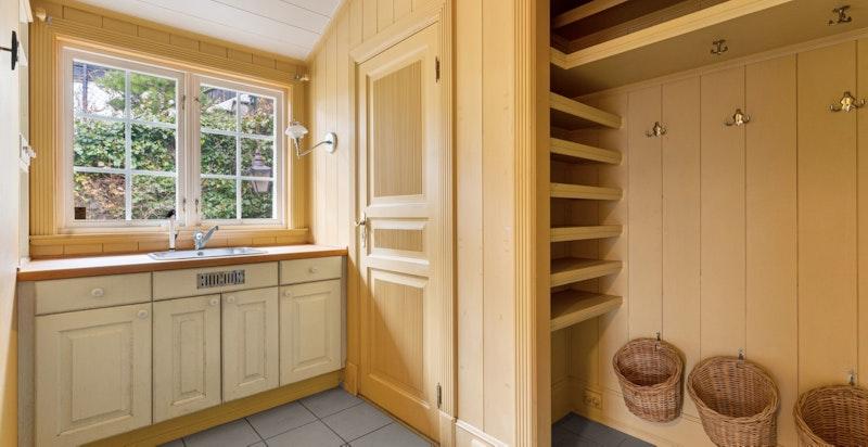 Grovkjøkken bi-inngang med garderobe og wc