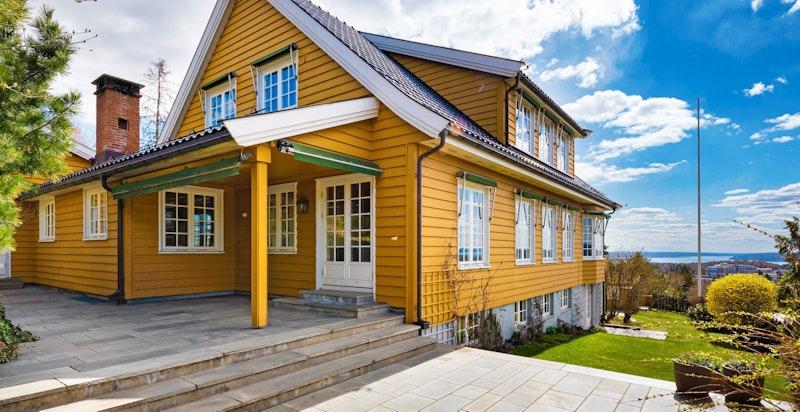Stor, innholdsrik villa med praktfull utsikt, og meget gode solforhold.